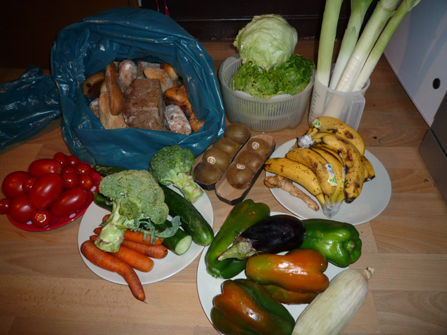 Die Ausbeute eines Abends: Lebensmittel aus Supermarktmülltonnen