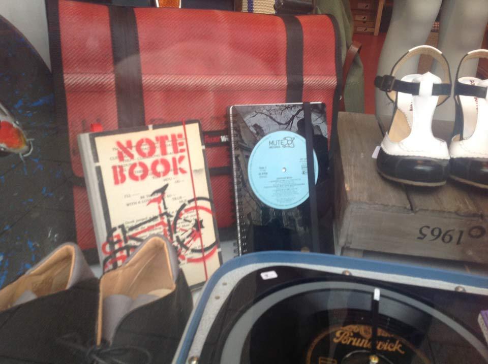 »Schmerzhafter Eindruck«: Eine Vinylsingle auf das Format eines Notizblocks gestanzt …