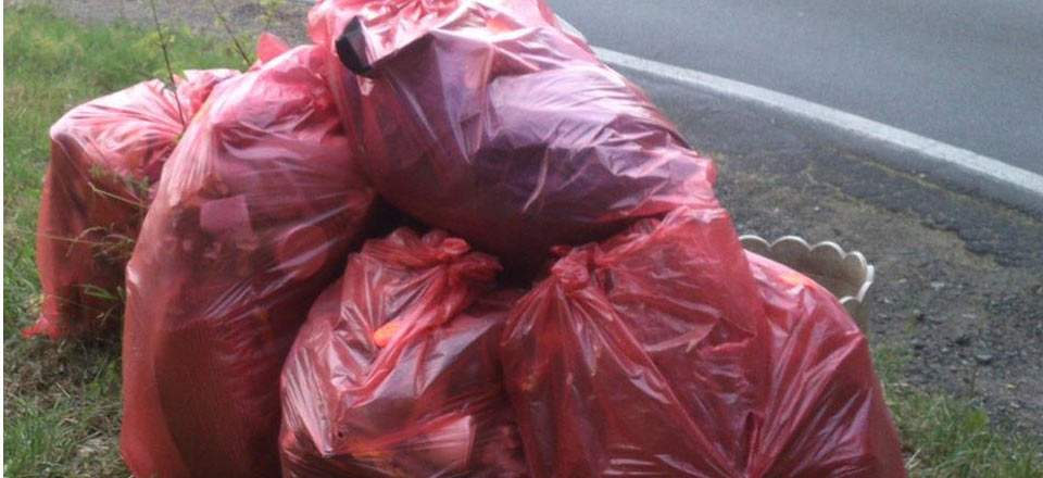 Rainer Schäfers »Markenzeichen«: rote Säcke am Straßenrand, die auf ihre Abholung warten