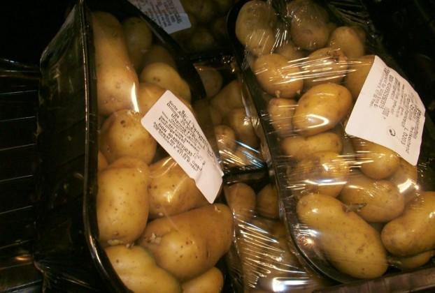 … Kartoffeln (in Plastik, klar) …