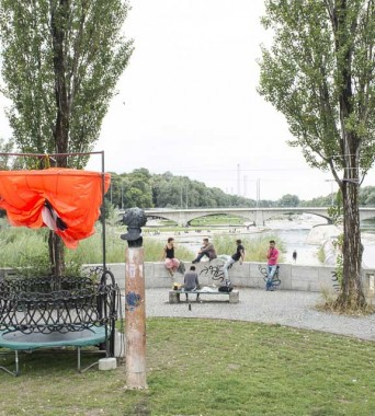 Corneliusbrücke: »Our Shower brings all the Surfers in the Yard«