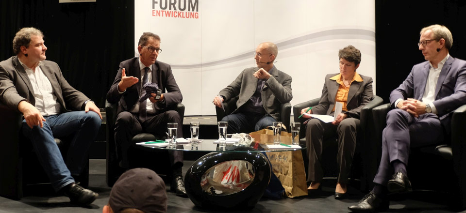 Von links nach rechts: Berndt Hinzmann, (INKOTA-Netzwerk), Gerd Müller (Bundesminister für wirtschaftliche Zusammenarbeit und Entwicklung), Tobias Schwab (Moderation, Frankfurter Rundschau), Tanja Gönner (GIZ), Thomas Voigt (Otto Group) ©Foto: Sven Bergmann
